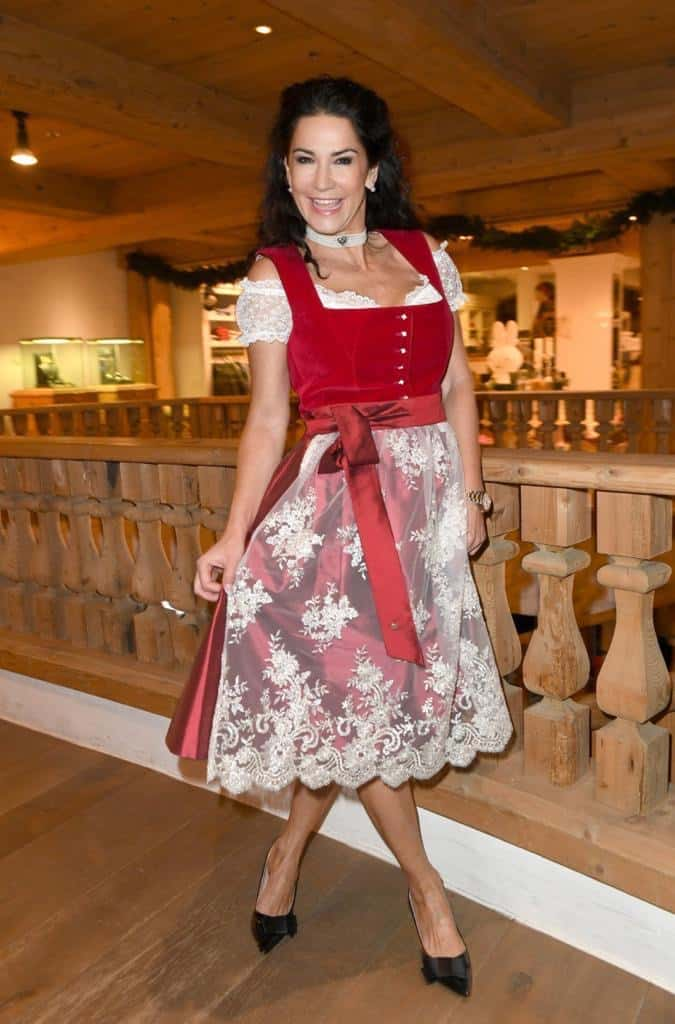 Mariella Ahrens im Alpenherz Dirndl Mariella in herbstrot