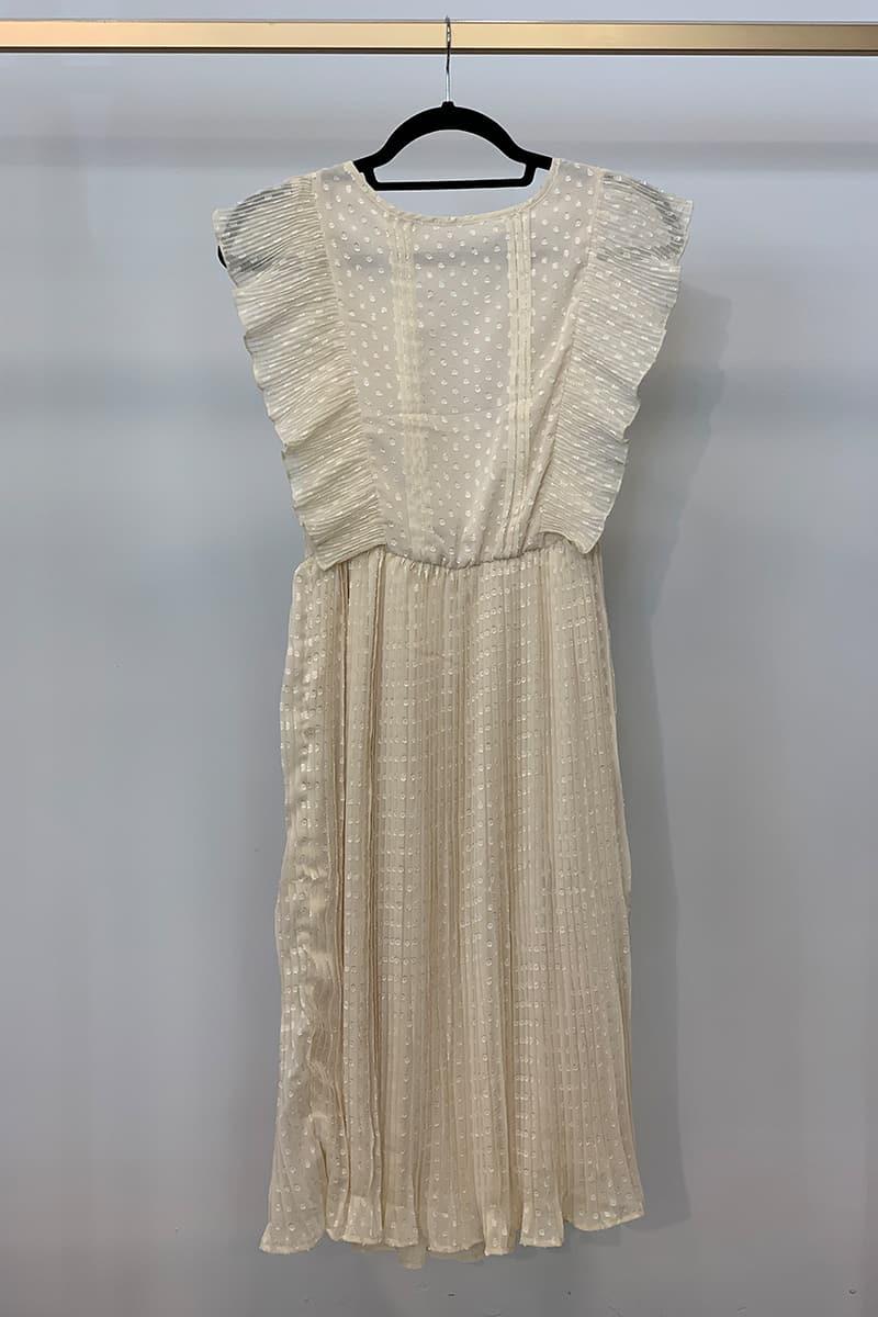 Cremfarbenes Kleid mit Rüschen
