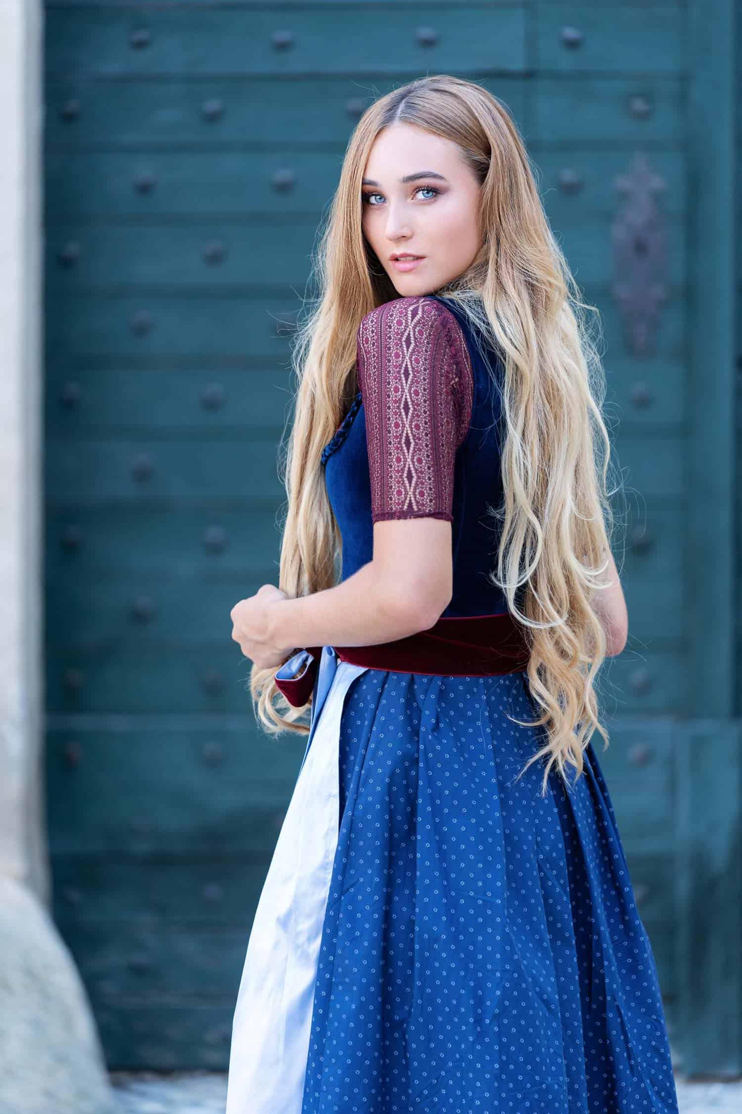 Alpenherz Dirndl aus Samt Charlotte in dunkelblau mit Bluse Clara in weinrot