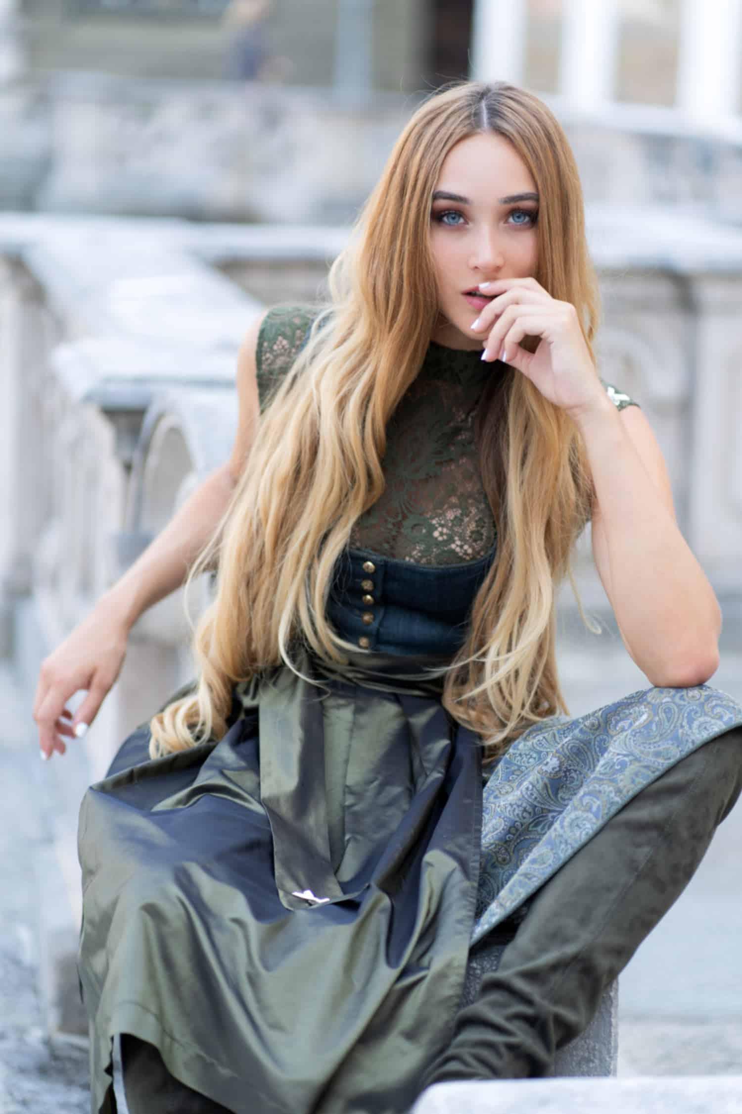 Alpenherz Dirndl Donna in grau mit Dirndlbluse Aileen aus hochwertiger Spitze in oliv