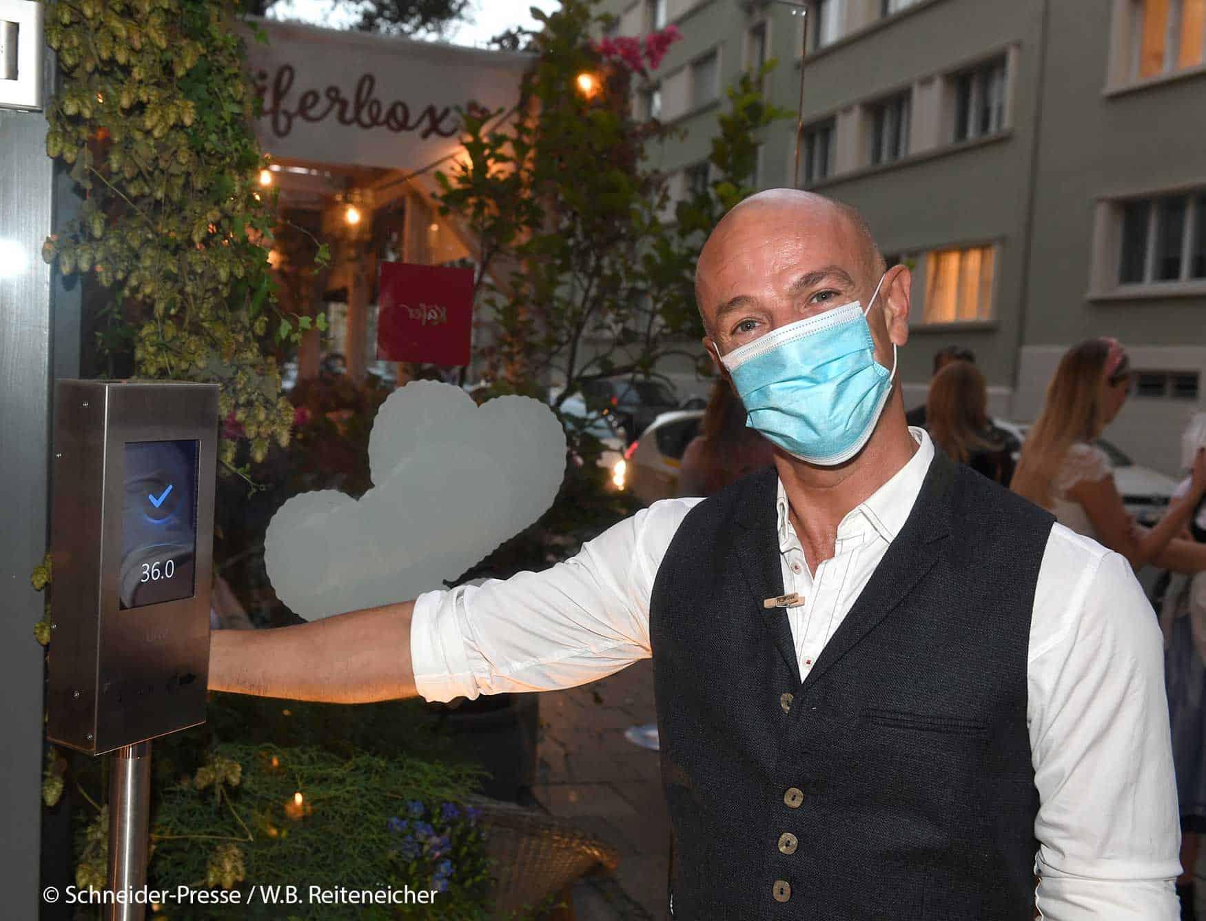Payman mit Maske beim AlpenHerz Dinner 2020