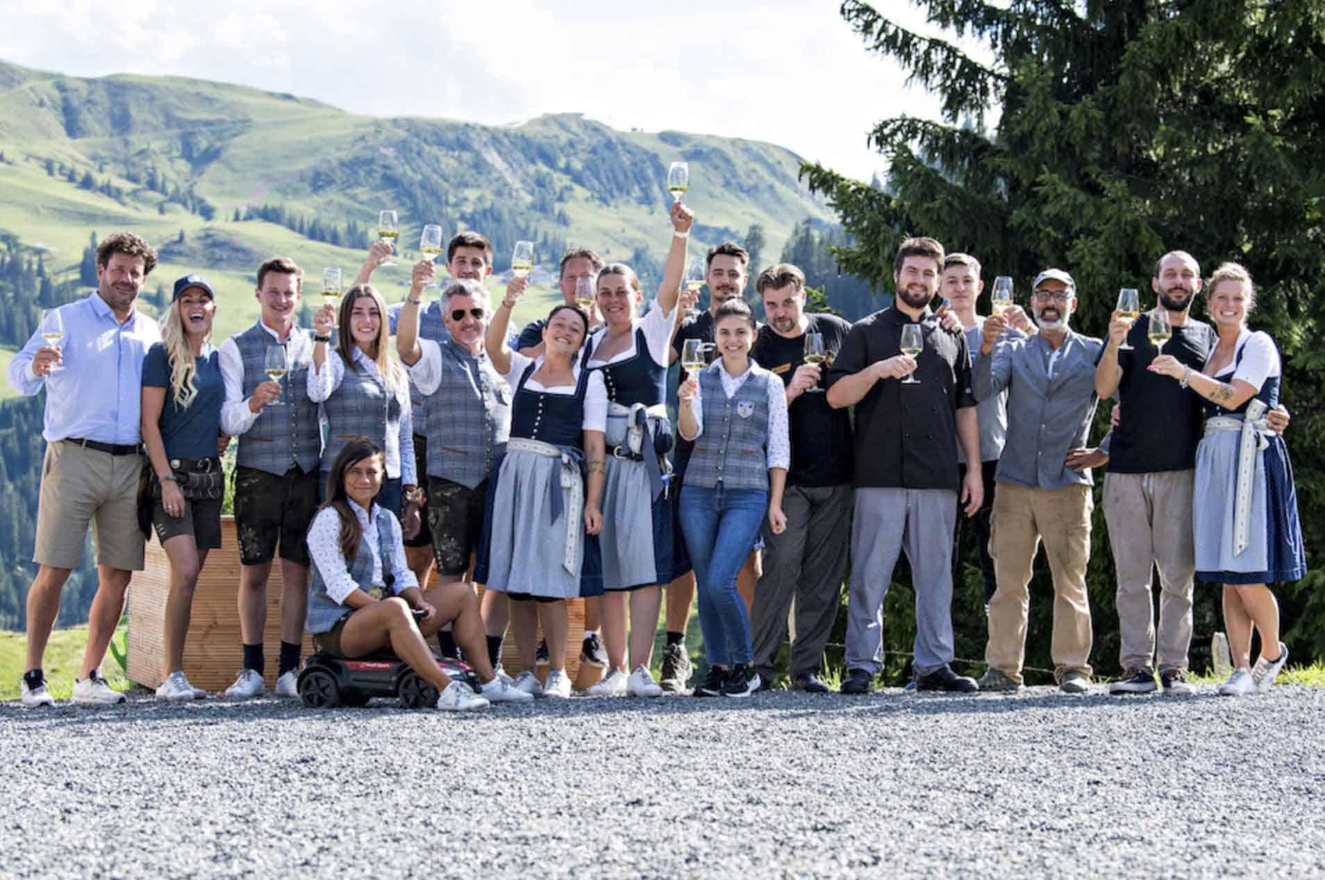 Das Sonnbuehel Team am Hahnenkamm in Trachtenmode. Darunter AlpenHerz Trachtenmode