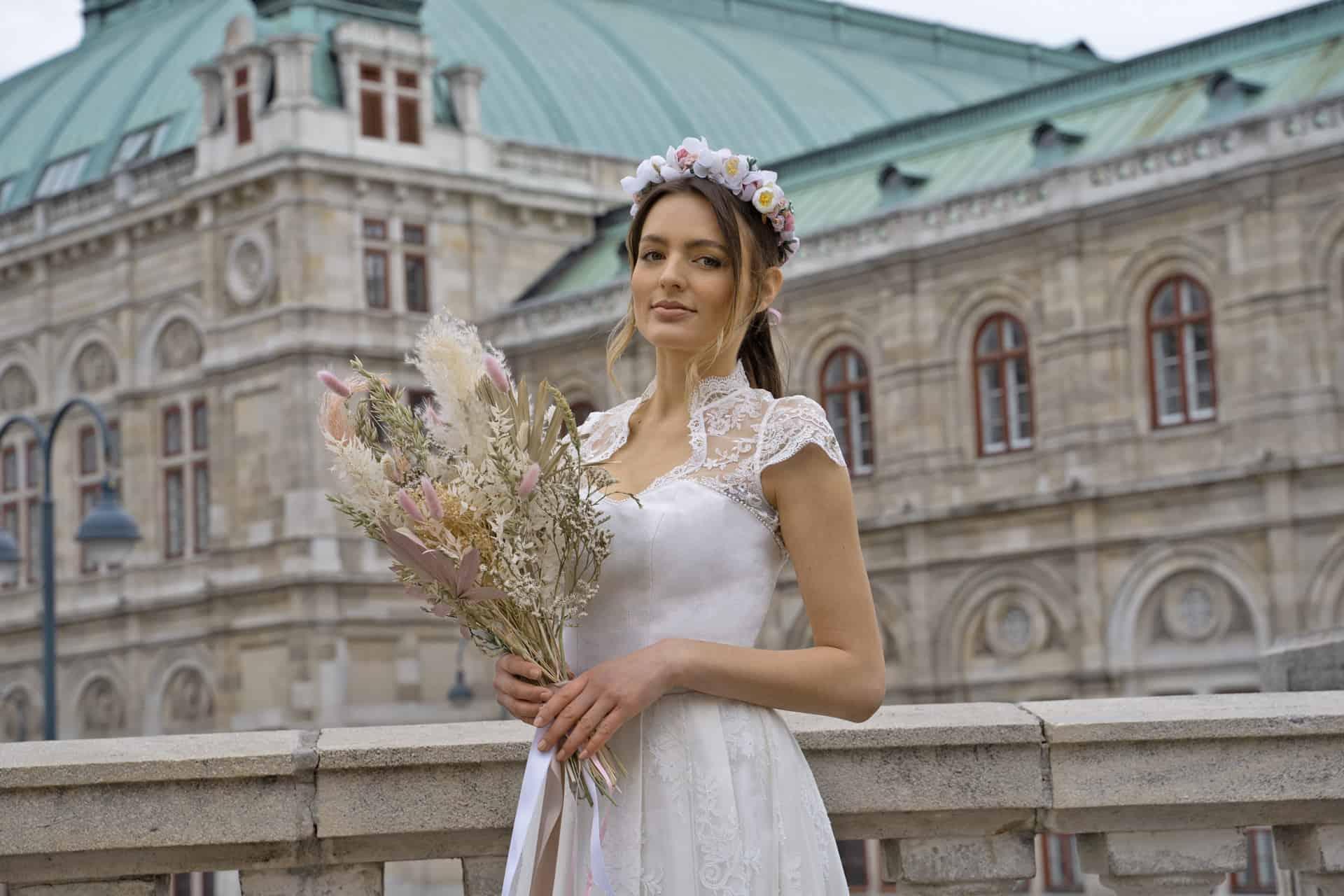 Hochzeitsdirndl mit Blumenstrauß