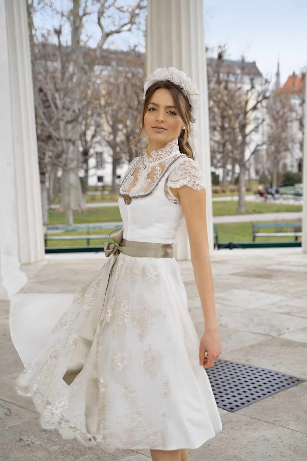Hochzeitsdirndl Janina mit Spitzenschürze - seitlich